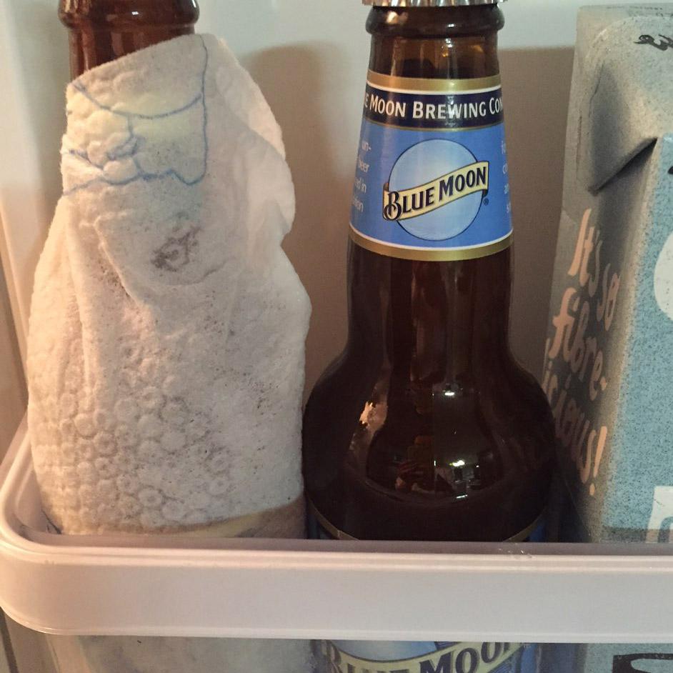 只需要在啤酒瓶子外面包上一層濕了的濕紙巾,放進冰箱冷藏保管,為了比較,小編還準備了一瓶沒包濕紙巾的啤酒。