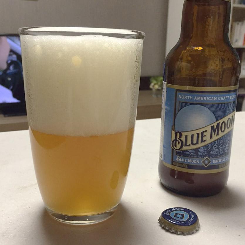 而沒包濕紙巾的啤酒倒出來不僅沒有變黑,而且摸上去也一點沒冰。