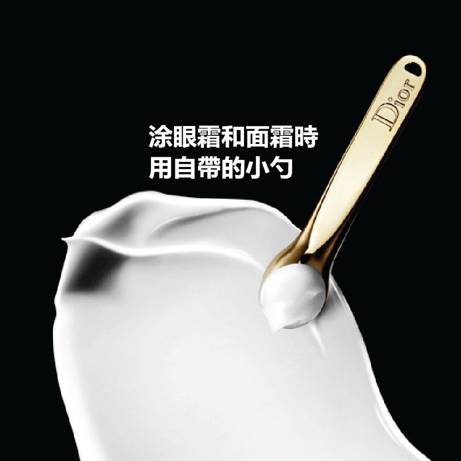 眼霜和面霜搭配的小勺不要扔。很多人偷懶,把護膚品搭配的使用工具用過幾次便棄置一旁,直接用手取用罐裝護膚品會讓手上的細菌長驅直入,大大縮短化妝品的保質期。
