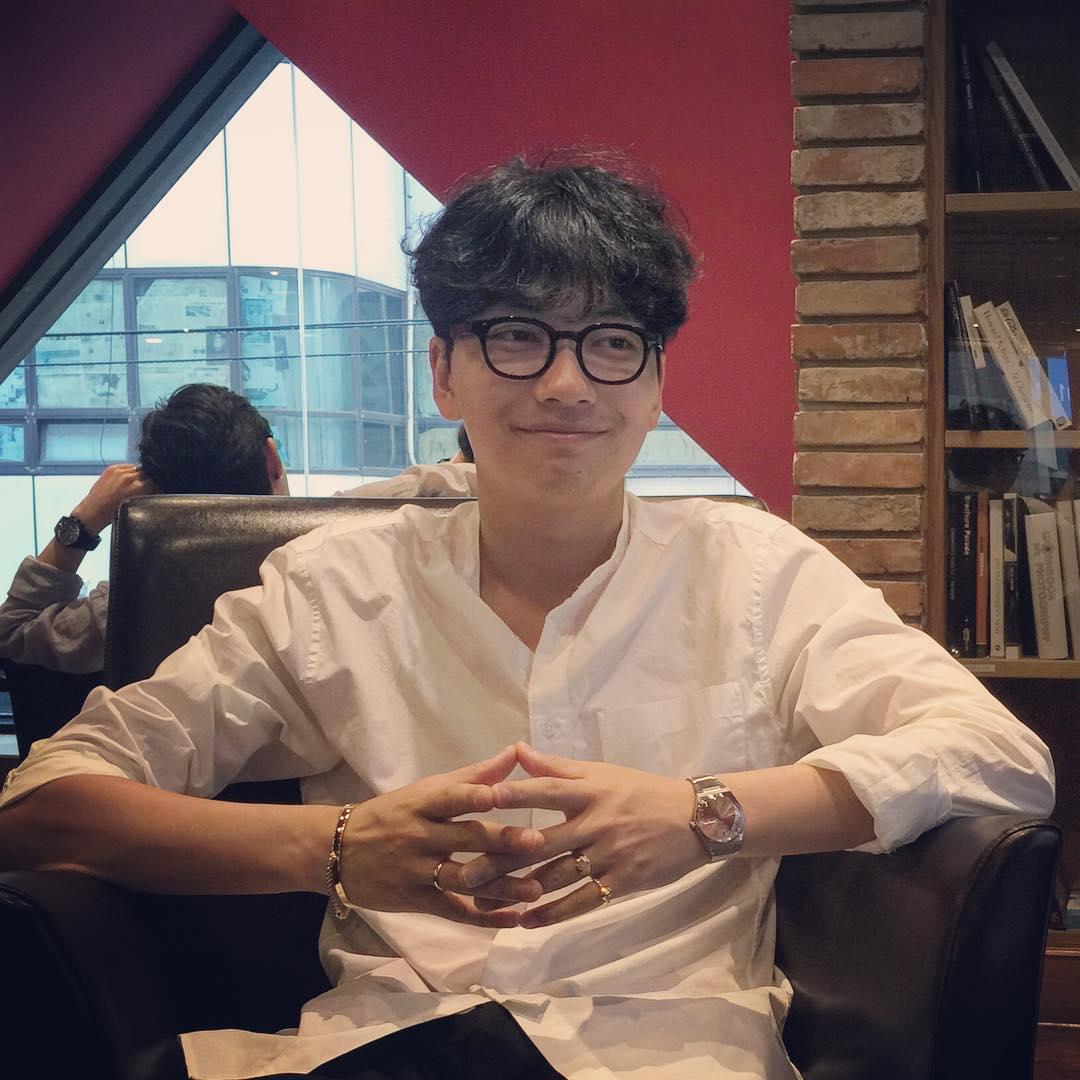 韓國男生還非常善於利用小飾品提亮整體造型,像戒指、手錶、手鍊啊~或許不用很貴,搭配得當一樣能讓你潮範十足。