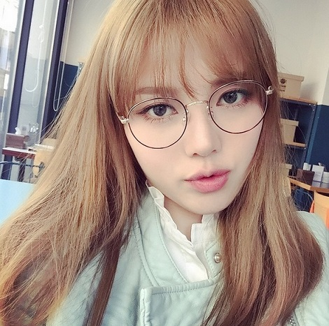 誰說眼鏡妹就不可以化妝!貼心的Pony還特意上傳了專屬眼鏡妹的妝容,眼鏡後面恰好的眼妝。粉色的嘟嘟唇也是年輕女孩的摯愛。