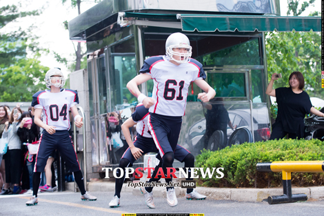 其實就是藝人要去音樂節目錄影前,從停車場下車走進電視台的這段路,韓文叫做「출근길」上班路~(上班只有這麼小段路也太好笑了XD)