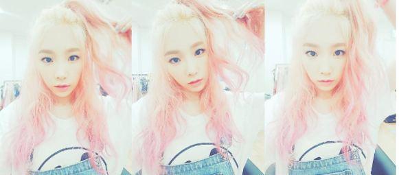 好似情侶髮色般,太妍最近的回歸也剛染粉紅髮色~(太妍真的很適合呢) 結果最後不敵工作繁忙宣告分手