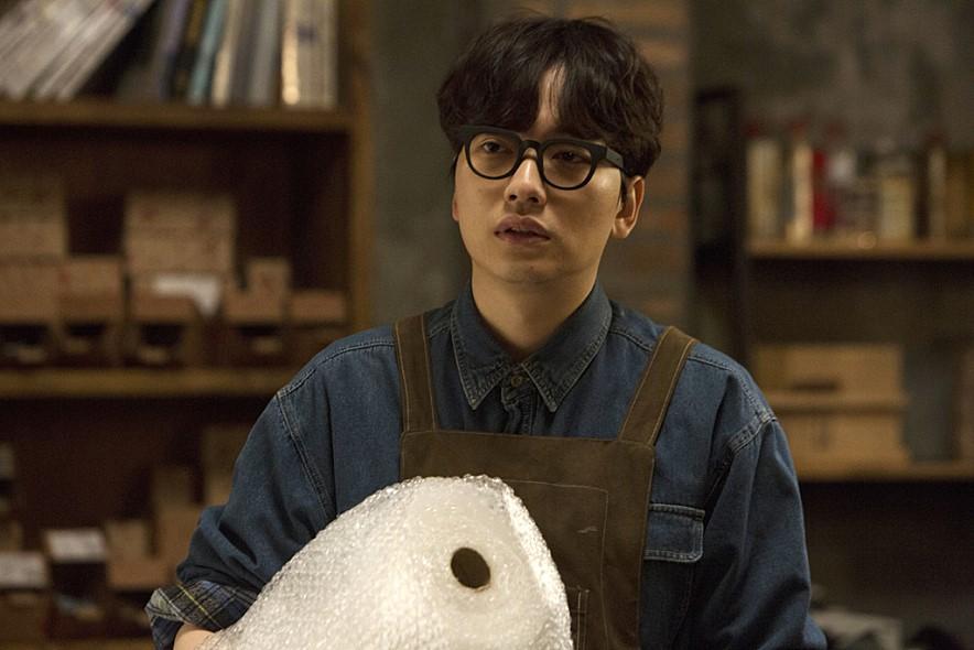 在小鮮肉、花美男輩出的韓國娛樂圈,李東輝絕對算不上是那種「一見鐘情 」的style。