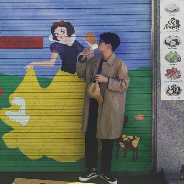 秋天長款風衣是必備,在韓國,這雙Vans黑色帆布鞋幾乎是每個男生人「腳」一雙的百搭鞋子。