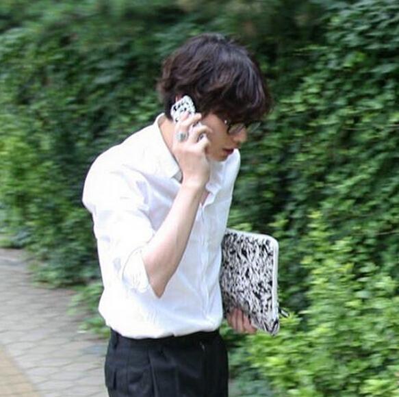 誰說手拿包是女生的專利,很多韓國男生也很鐘情手拿包。