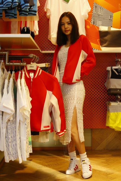一身白色蕾絲長洋,搭上Stellasport的運動外套!運動&性感的組合,毫無違和感呀~♥