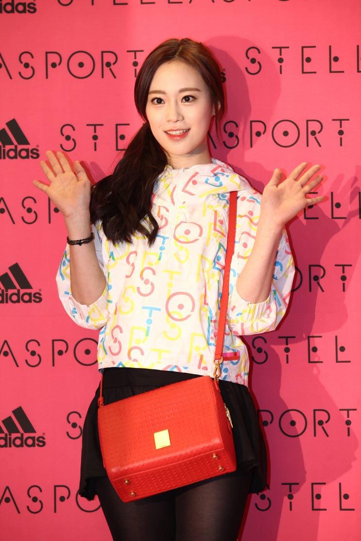 當天,以KARA許齡智也以可愛的Stellasport短風衣登場!