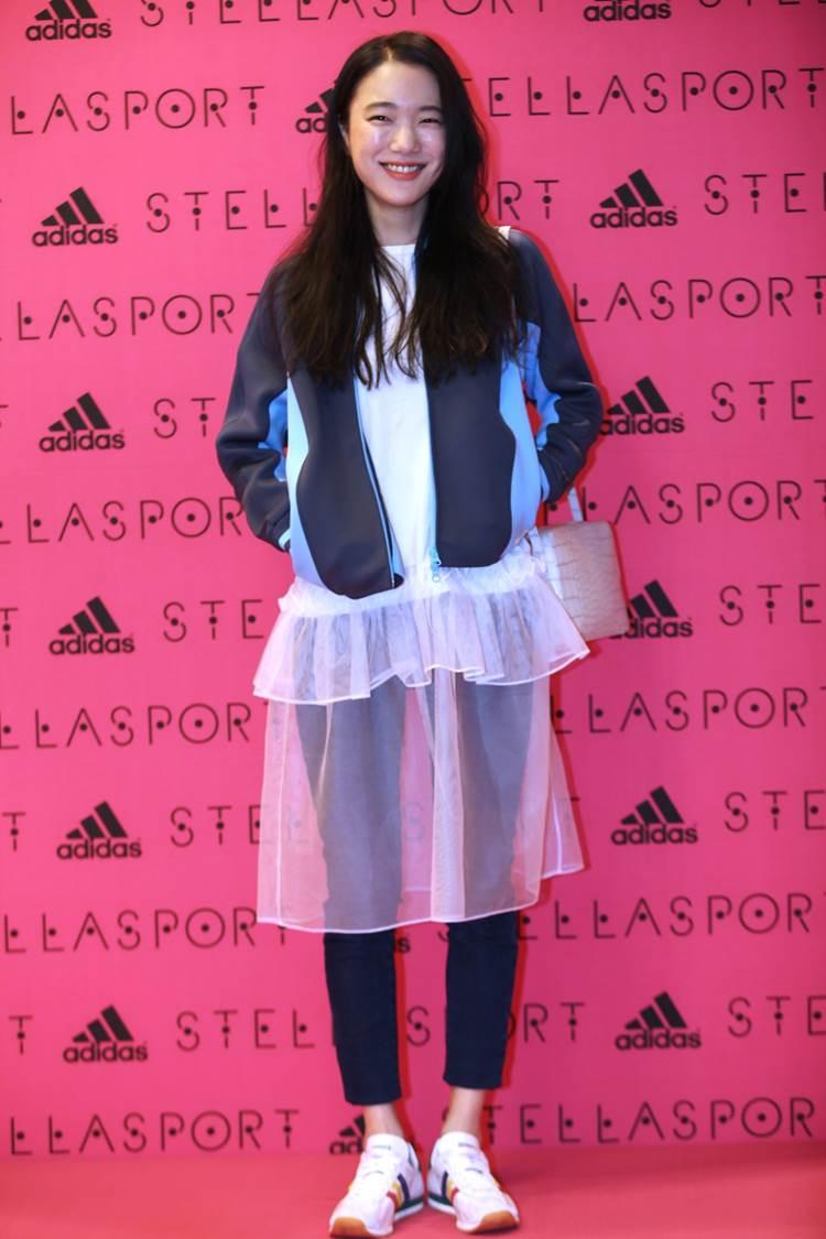 秀氣的臉蛋,長髮飄逸,纖細的身材...透明蕾絲長裙+Stellasport的藍色運動外套的造型只有她能夠撐起~