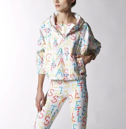 Stellasport中,充滿活力的繽紛設計,材質輕薄的風衣是KARA成員許齡智的著用款!