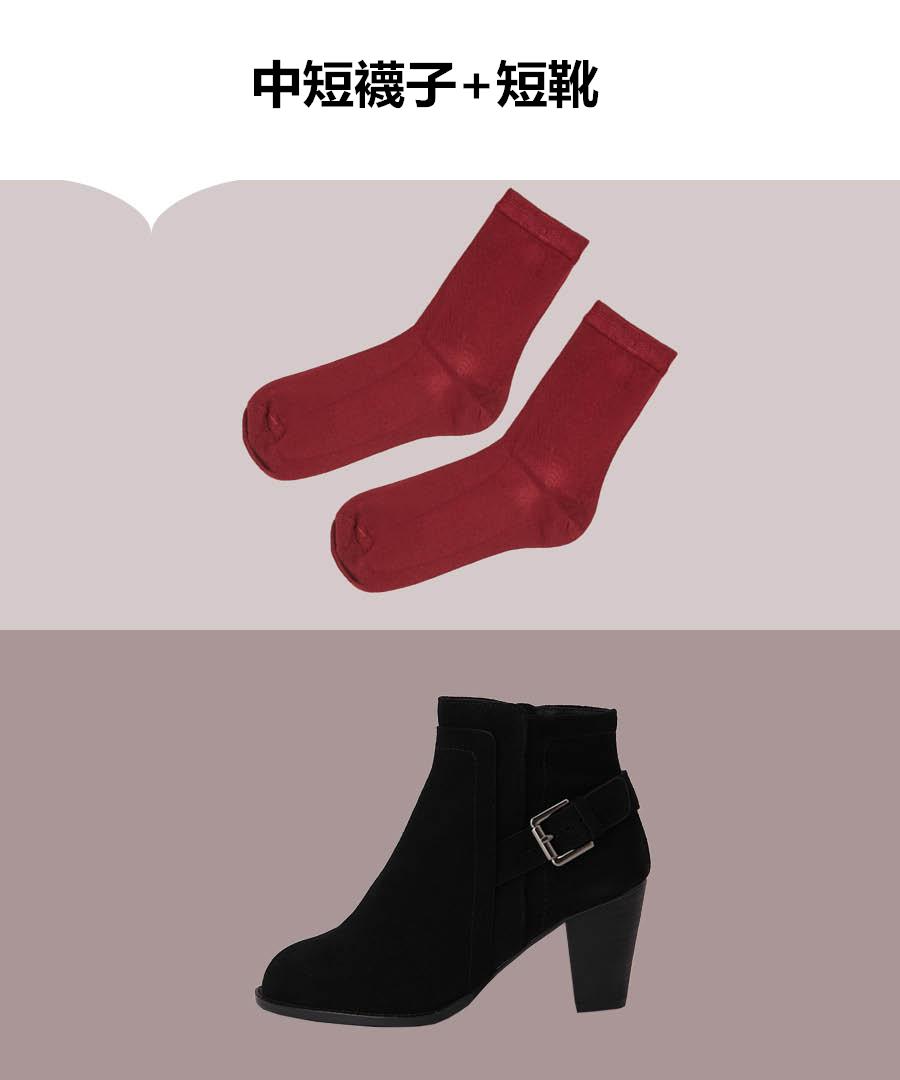 短靴是時尚ICON必備的秋季單品,只穿短靴未免顯得有些無聊,內搭一雙襪子,露出一小截來隨性又時髦,而且短襪+短皮靴組合更能凸出修長雙腿。