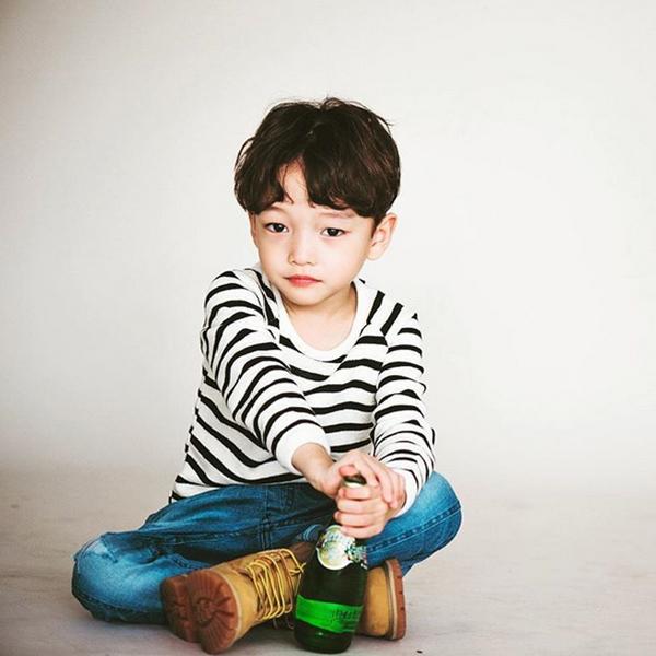 就連今年韓國男生最流行的中分頭都能輕鬆hold住