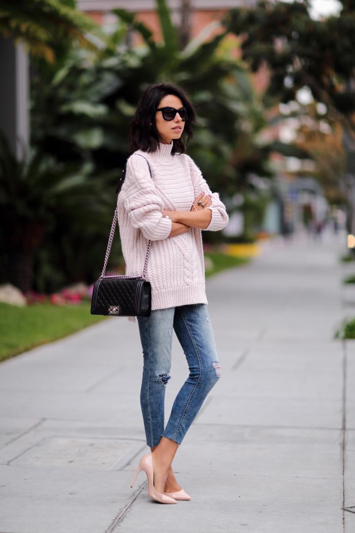 誰說皮膚黑的女生不能穿粉色~只要搭配得當,一樣能穿出潮味!尖頭粉色高跟鞋是點睛之筆,沒有搭配出公主感覺,反而多了一份隨性的帥氣感!