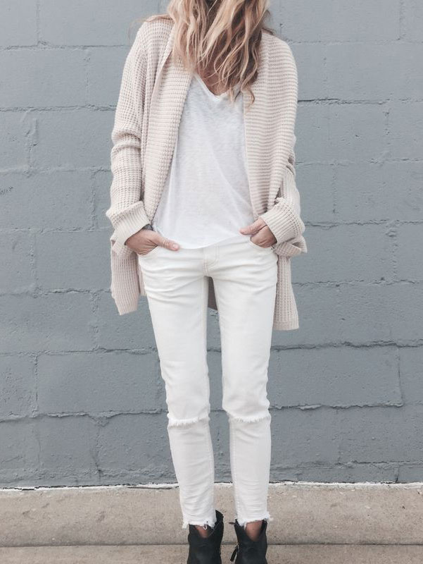 裡面一身白色,外面的開衫毛衣就避開白色,選同色系的乳白也不錯:)