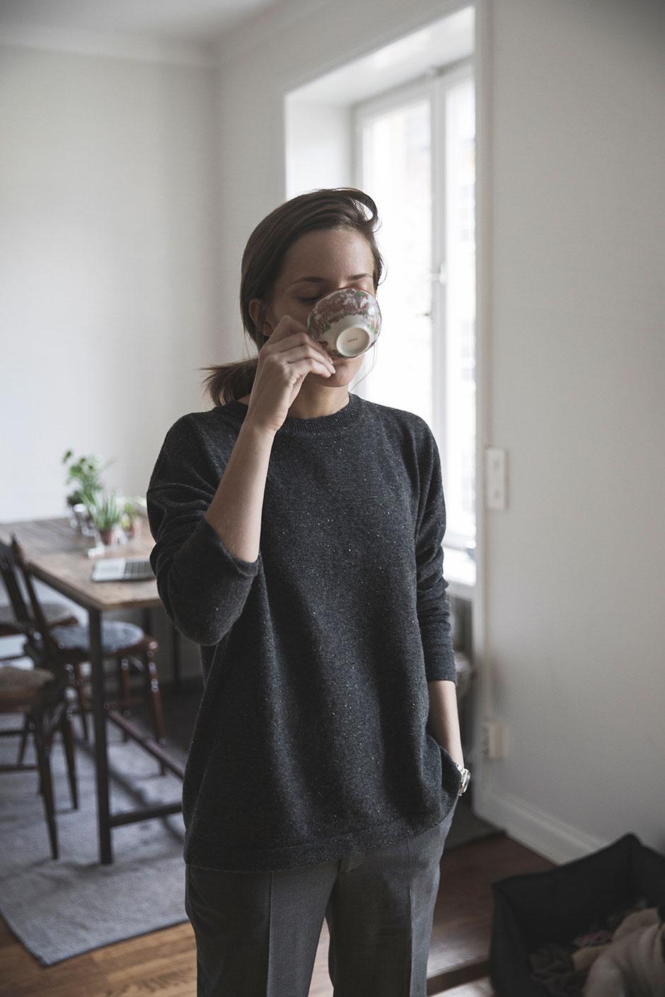 寬鬆的黑衣配灰色休閒西服褲,一種大氣的知性美油然而生,也是小編最喜歡的一種造型~><