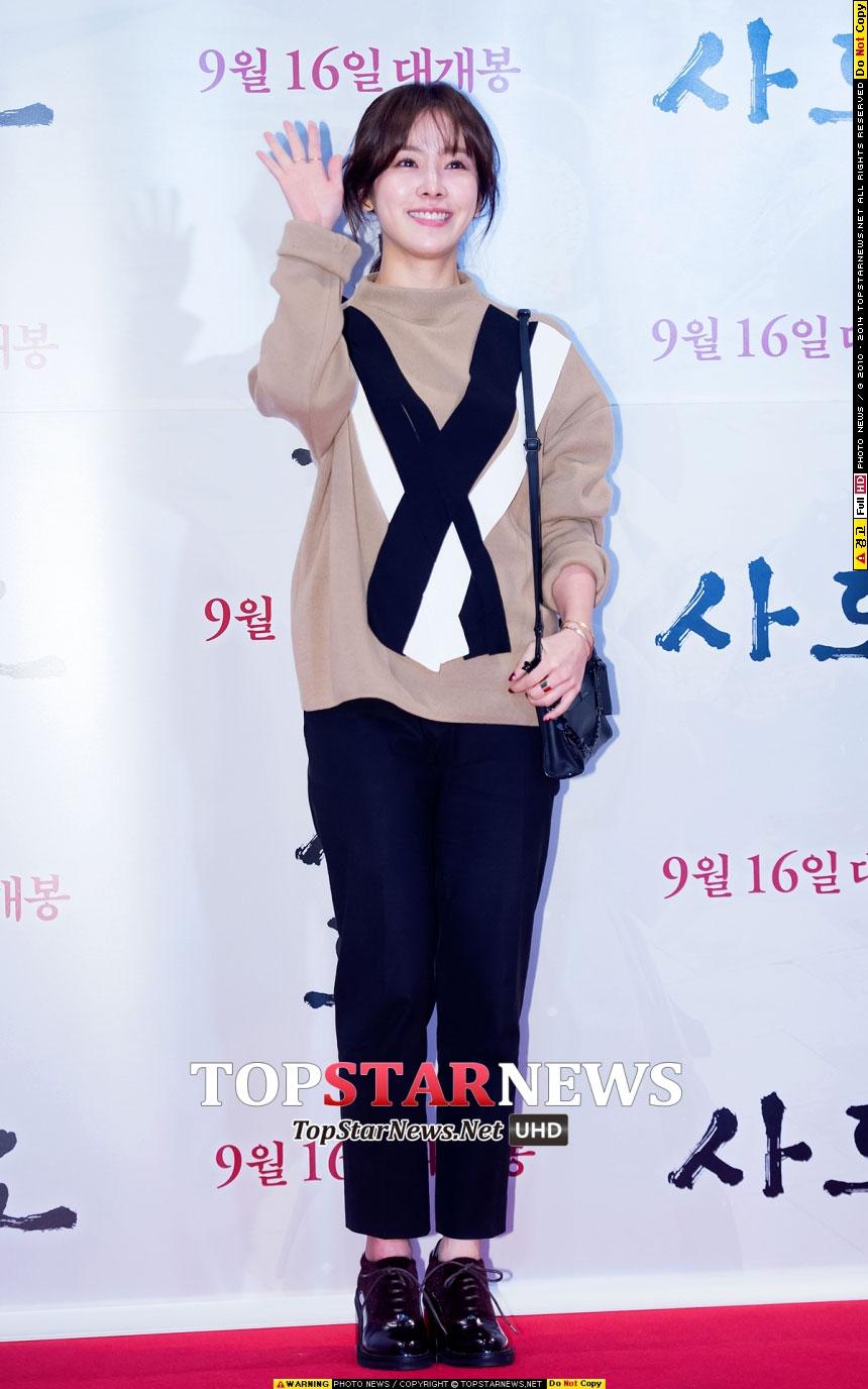 示範明星:韓志旼 你以為毛衣只會走慵懶路線,那你就大錯特錯了。圖案毛衣搭配九分褲,再踩上一雙亮皮綁帶高跟鞋,OL風就當仁不讓了,很有氣場的搭配。