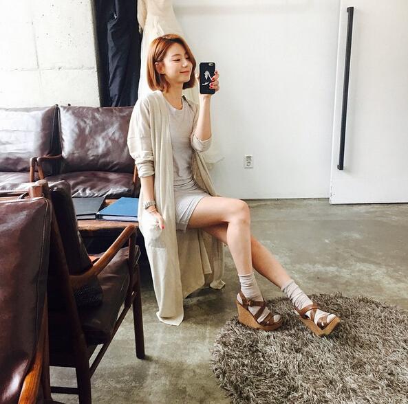 示範明星朴秀珍:夏天穿過的涼鞋,內搭一雙毛線襪子,就完成秋天LOOK了~