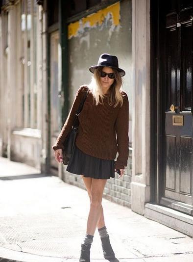 棕色套頭毛衣+黑色百褶短裙,再用黑色短靴和灰色襪子搭配,用鞋襪玩配色,一抹灰色與內搭完美呼應。