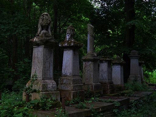 走出霧區出現在你眼前的是7座石像,只有最前面3座可以選擇 1. 選擇最前面的第一座 2. 選擇第二座 3. 選擇第三座