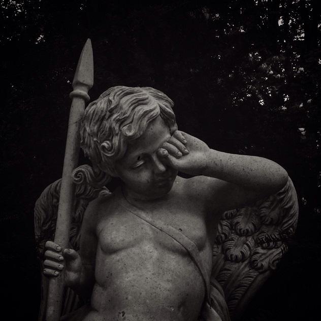 發現一座古老的銅像 1. 走進細看 2. 趕緊繞開