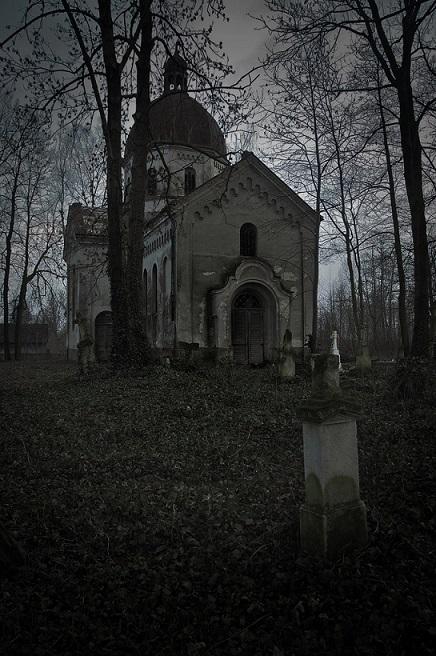 走了很久後,又發現一個小的城堡,要想走出去必須穿過這座城堡。 1. 從正門進去 2. 從後門進去