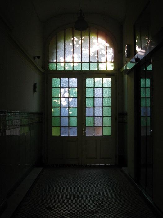 城堡的走廊裡有兩扇關著的們 1. 打開左邊的門 2. 打開右邊的門