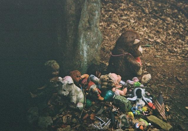 你會選哪個玩偶? 1. 最大的黑猩猩玩偶 2. 除此之外的任何一個玩偶