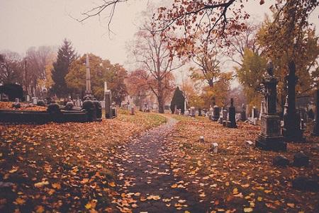坐上車的你會發現天都亮了,成功逃出墓地。