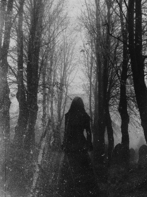 堅持自己走出墓地的你,會被站在出口多年的冤魂重新帶進墓地裡。