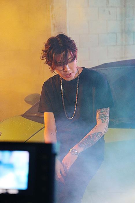 在MV拍攝現場的周永~~~♥ 小編我都快被他散發出來的魅力給電暈了o-<-<