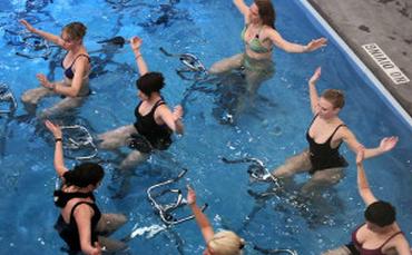 在水中運動,不但能減輕關節和椎間盤受到的損傷,還可減少血液向心臟迴流時的壓力。更重要的一點在於,「水中自行車」可提高脂肪的轉換速度,消耗更多熱量,從而提高減肥效果!