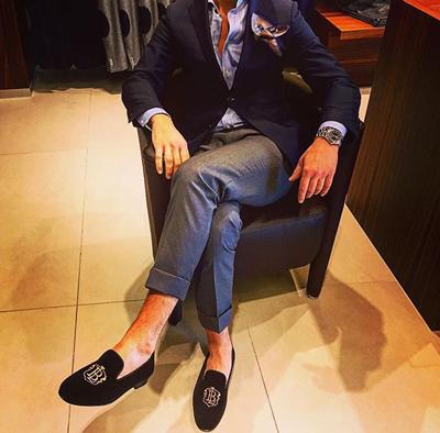 一身西裝如果再搭配一雙死板的皮鞋,未免太無聊~一雙時尚感十足的鞋子往往最能挽救你死板的上班裝形象!