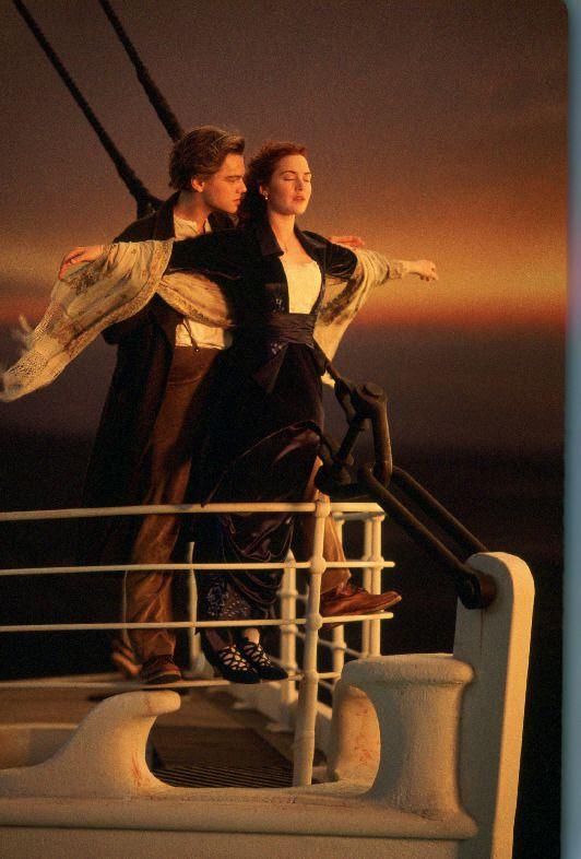 1. 鐵達尼號 (Titanic, 1997) 內容背景為1912年鐵達尼號郵輪在其處女啟航時觸礁冰山沉沒的事件... 20幾歲的李奧納多·狄卡皮歐和凱特·溫斯蕾在電影中任何時候都跟畫中走出的人兒一樣~