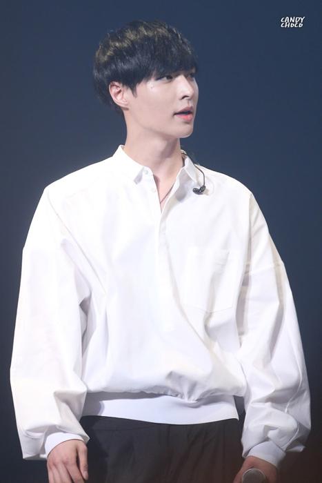 明明就穿了一件看起來好嘻哈的白襯衫,一點也不露的....為什麼看起來還這麼性感?