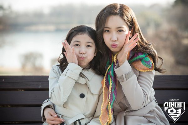 跟劇中飾演自己女兒的童星演員李蕊臉居然差不多大!!!!