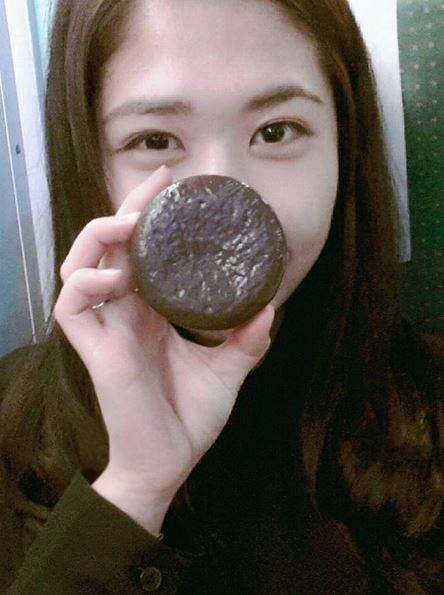 韓妞拿在手上,實在很難辨認這是可以吃的巧克力派,還是護手霜啊!