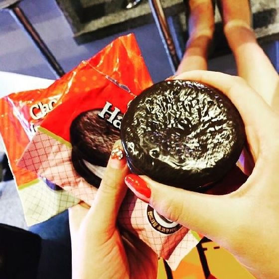這件商品在韓國上市沒多久,不過逼真的巧克力派的外觀已經吸引網友的討論,甚至也開始在日本地區流傳呢!好希望在台灣也能看到商品的實體呀!