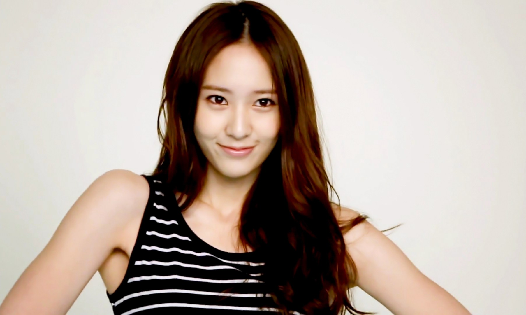 另外韓國的Krystal水晶,也是中分界的美人代表,給人第一印象有點冷艷的她,就把中分駕馭得超、成、功~