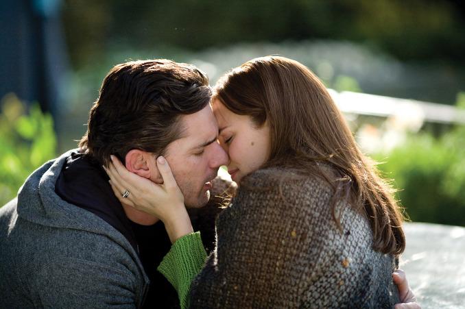 他以為他在二十八歲時是第一次遇到二十歲的克萊爾,而克萊爾卻說:「我從小就認識你了」;和克萊爾結婚多年後,亨利又突然發現自己回到了童年,而這次遇見的卻是六歲的克萊爾。 但是,他的妻子克萊爾卻始終保持著對亨利忠貞不渝的愛。