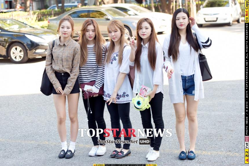 平常的上班私服造型,雖然沒有散發出光鮮亮麗的感覺,但是也遮不住他們美貌的Red Velvet成員們!前後差異真的沒有很明顯~果然是出了名的帥哥美女天堂~SM公司藝人呀!