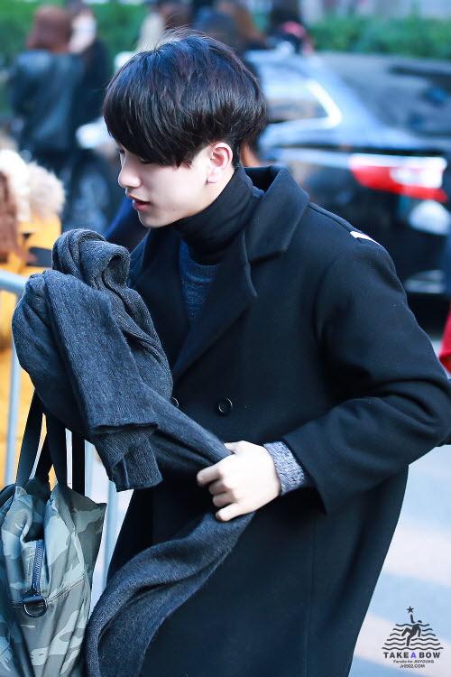 歐買尬!!!ALL BLACK LOOK~真的太帥了♡ 高領毛衣好品味呀!