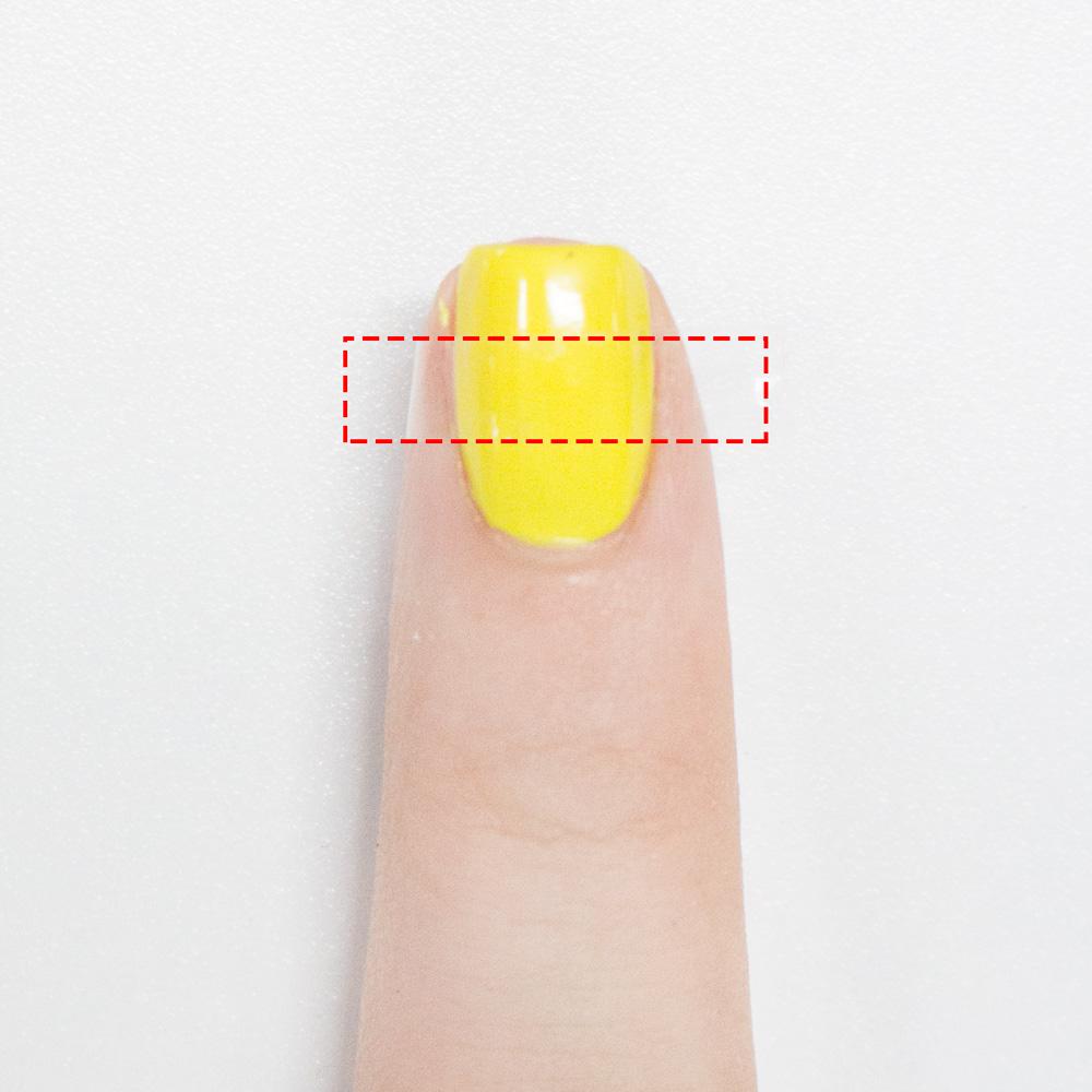 待指甲油全乾了之後把透明膠帶剪細一下,貼在指甲正中間。至於多細還要具體參照你的美甲大小,反正剛好能把你的指甲分成3等分就好。(還有膠帶不能直接往指甲上貼,要先去除上面的黏性,操作方法小編已經教過很多次了)