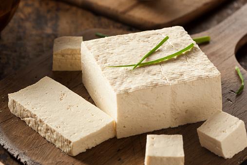 3. 小包裝豆腐 豆腐是可以攝取豐富植物性蛋白質的健康食品...口感好,適合加在各種料理...但是買一塊會剩下很多,處理起來很困難