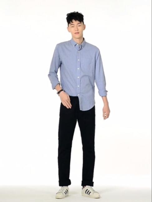 休閒襯衫如果想穿得個性點,只把襯衫的一邊塞進褲子裡,造型感是不是就出來了?!