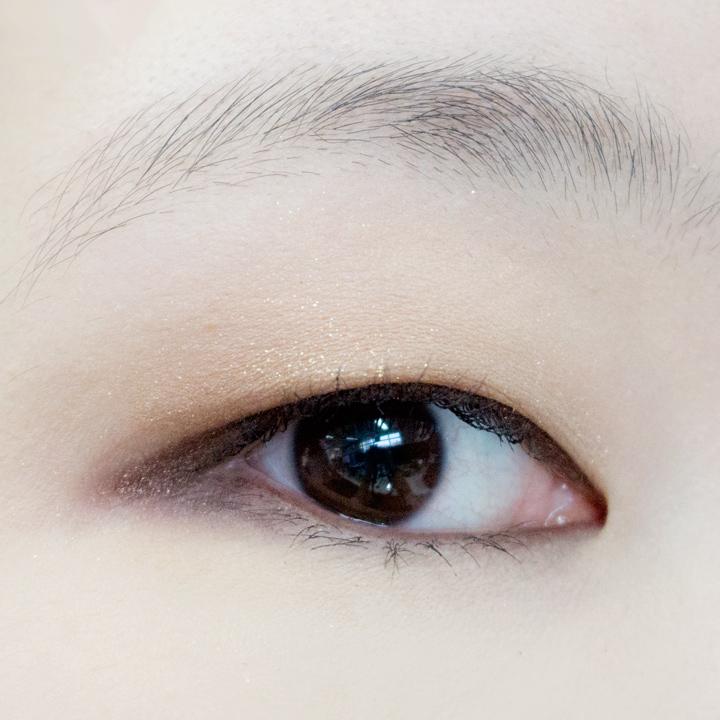 最後夾一下眼睫毛,塗上睫毛膏就完成了!睫毛膏可謂整個眼妝的點睛之筆..★ 塗上睫毛膏馬上讓眼睛看起來更有神,記得要塗兩遍哦~