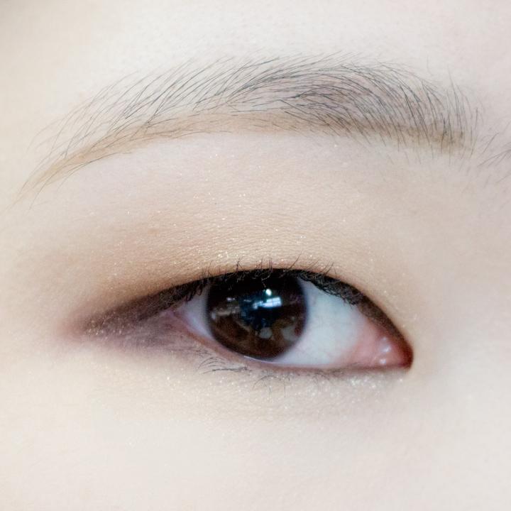 現在真的是最後一步了!為了配合眼影,小編選用了棕色眉筆,順便教大家一下最近韓國流行的一字眉,修好眉毛後,先用眉筆順著眉毛畫出下半部分,最後尾部稍微下拉。