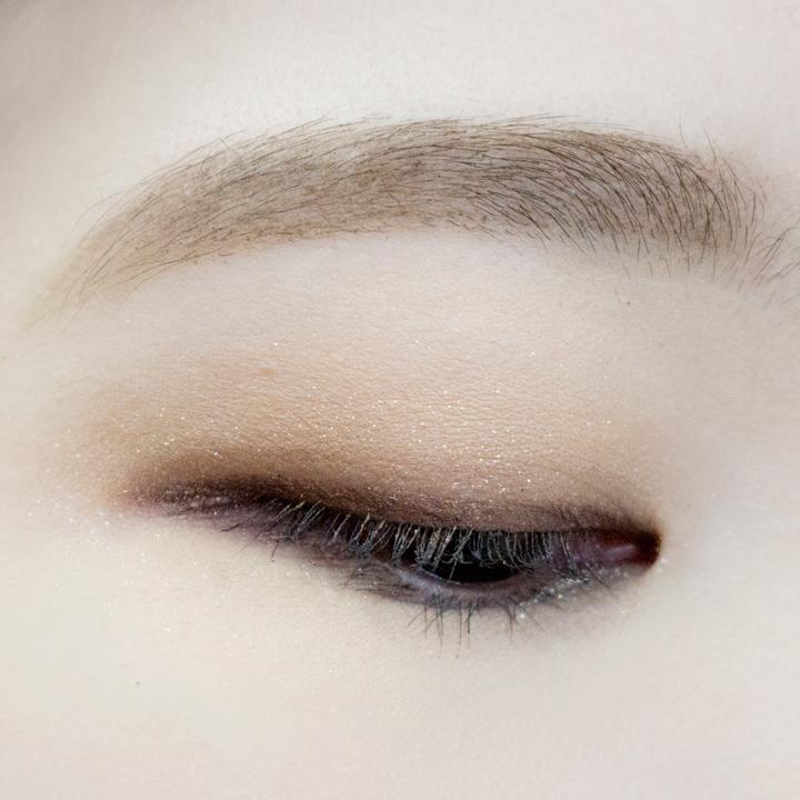 現在適合秋天的低調單眼皮眼妝就大功告成了...๑^▽^๑ 女孩兒們,不管是週末約會妝還是上學&上班都很適合。馬上讓你平淡無奇的單眼皮變得魅力無限!