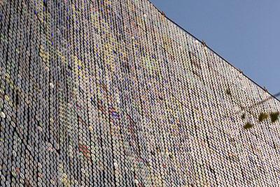 在韓國忠清北道的清州市,有一堵由50萬張CD貼成的牆,該CD牆面長180米,高30米,相當於韓國63大廈橫放的大小。