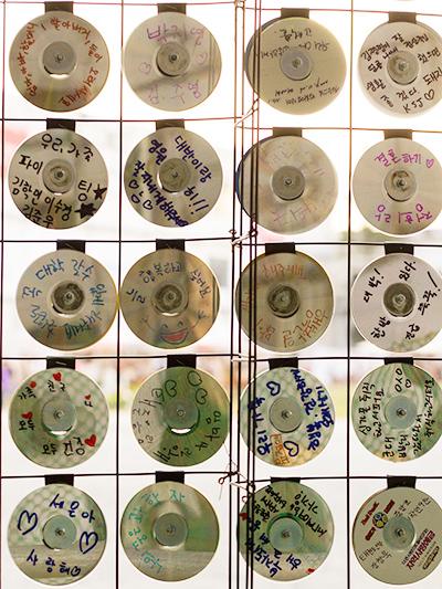 而且每張CD上都寫著郵寄著的心願和祈禱。