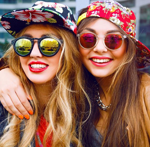 #2. 使用帽子和墨鏡 紫外線的輻射會加快老花眼症狀,外出時,尤其是陽光劇烈的時候,一定要帶上帽子和墨鏡防紫外線輻射。